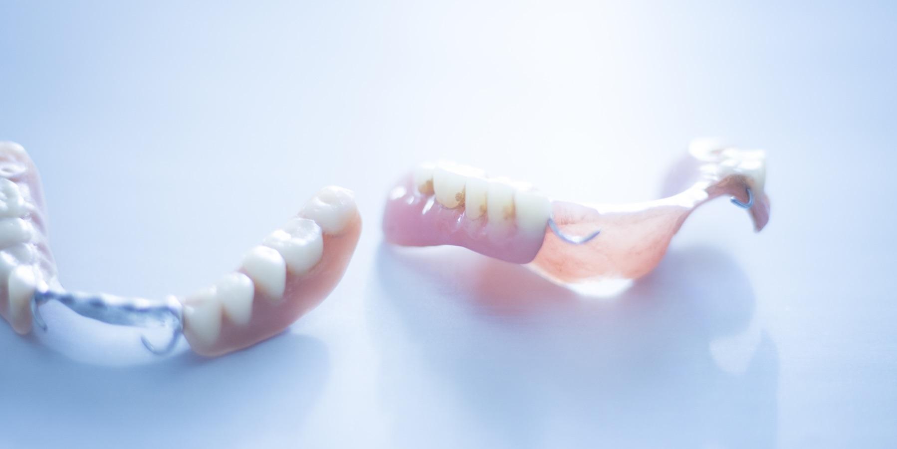 Två tandproteser