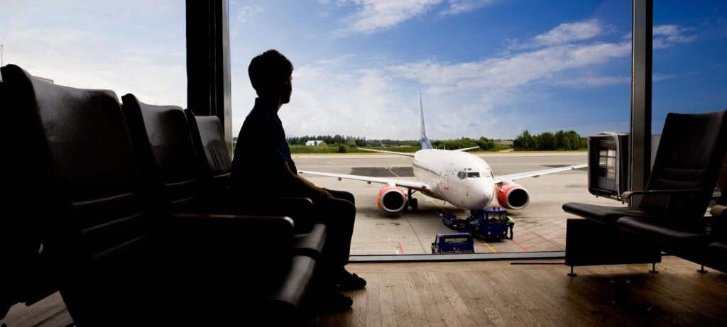 Person på en flygplats för planerad tandvård utomlands